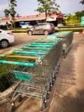 Rad av shoppingspårvagnen arkivfoto