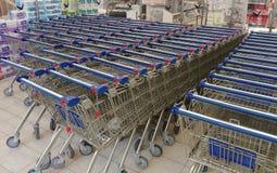Rad av shoppingvagnar Royaltyfri Bild