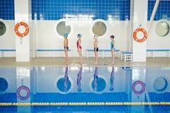 Rad av simmare Arkivbilder