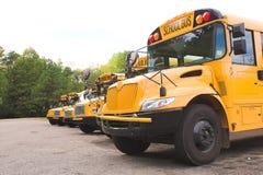 Rad av skolbussar Fotografering för Bildbyråer