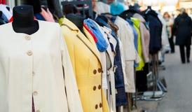 Rad av skyltdockor med olika färgade kvinnors kläder på mars Royaltyfria Bilder