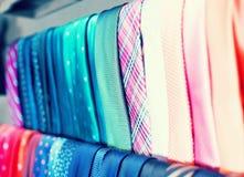 Rad av slipsar på hängare i manklädlager Royaltyfri Bild