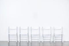 Rad av smarta stolar Arkivbilder