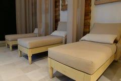 Rad av sängar i en vård- brunnsort Royaltyfri Foto