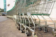 Rad av spårvagnar för supermarketshoppingvagn Royaltyfria Bilder