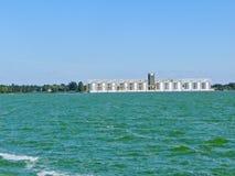 Rad av spannmålsmagasin för att lagra sädes- korn på floden Dnieper royaltyfri foto