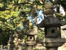 Rad av stenlyktor i japansk tempel i Osaka, Japan Fotografering för Bildbyråer