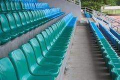 Rad av stolar i arena Arkivfoto