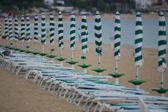 Rad av strandparaplyer Arkivbild