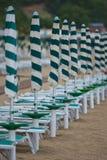 Rad av strandparaplyer Arkivfoto