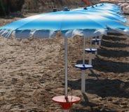 Rad av strandparaplyer Royaltyfria Bilder