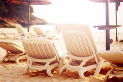 Rad av strandstolar på havet Royaltyfria Foton
