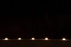 Rad av tealights på natten Royaltyfria Foton