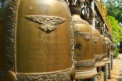 Rad av thailändska Klockor Arkivfoton