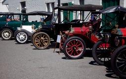 Rad av tidiga bilar för antikvitet Arkivfoto