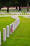 Rad av tombstones med amerikanska flaggan Arkivbilder