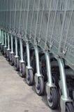 Rad av tomma shoppingvagnar i stor supermarket Royaltyfri Bild