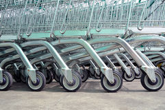 Rad av tomma shoppingvagnar i stor supermarket Royaltyfri Fotografi