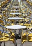 Rad av tomma stångtabeller och stolar Arkivbild