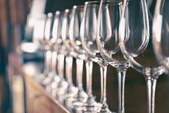 Rad av tomma vinexponeringsglas Arkivfoto