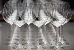 Rad av tomma vinexponeringsglas Fotografering för Bildbyråer