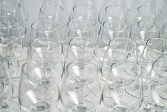 Rad av tomma vinexponeringsglas på stångräknare Fotografering för Bildbyråer