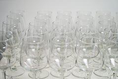 Rad av tomma vinexponeringsglas på stångräknare Royaltyfri Bild