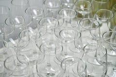 Rad av tomma vinexponeringsglas på stångräknare Royaltyfri Fotografi