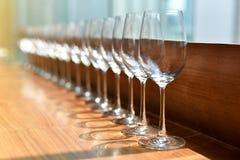 Rad av tomma vinexponeringsglas, partitid Royaltyfri Bild