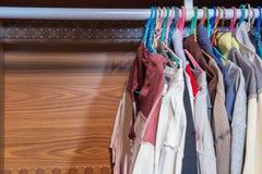 rad av torkdukar som hänger i garderob Arkivfoton