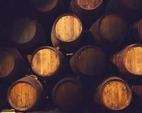 Rad av trätrummor av den gulbruna portwinen (portvin) i källaren, Porto, Portugal Royaltyfri Bild