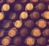 Rad av trätrummor av den gulbruna portwinen (portvin) i källaren, Porto, Portugal Arkivfoto
