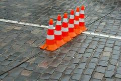 Rad av trafikkottar Royaltyfri Bild