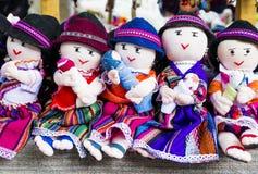 Rad av trasdockor i traditionell kläder, Ecuador arkivbild