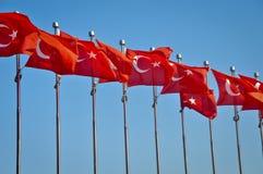 Rad av turkiska flaggor royaltyfri bild