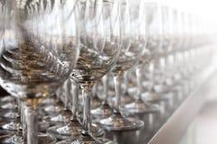 Rad av vinexponeringsglas Arkivbild