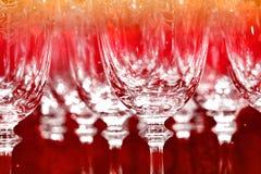 Rad av vinexponeringsglas i partiljus Royaltyfria Bilder