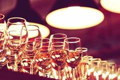 Rad av vinexponeringsglas på stången royaltyfri fotografi
