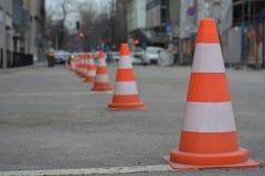 Rad av vit och orange trafikkottar Royaltyfri Fotografi
