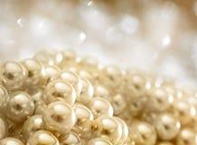 Rad av vita pärlor royaltyfria bilder