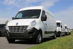 Rad av vita Renault Master Vans Royaltyfria Foton
