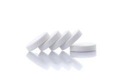Rad av vitaminpreventivpillerar Arkivbild