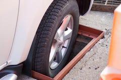 Rad eines LKW-Falles in ein Einsteigeloch Lizenzfreies Stockbild