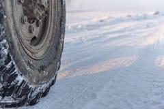 Rad eines LKWs auf schneebedeckter Straße, Abschluss oben, Kopienraum lizenzfreie stockfotos