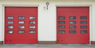 Rad för garage för brandstation Arkivbilder
