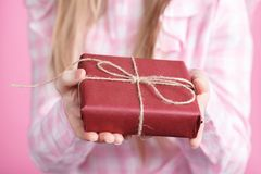 Rad giftbox w kobiet rękach w różowym tle Zdjęcia Royalty Free