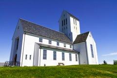 Rad kościół lokalizuje w bezpłatnego pola bocznym widoku Reykjavik 11 06,2017 Obraz Royalty Free