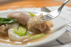 Rad Na,著名泰国中国式宽米线盘用鲜美嫩猪肉用浓小汤调味汁 关闭与叉子 库存图片