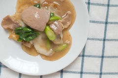 Rad Na,著名泰国中国式宽米线盘用鲜美嫩猪肉用浓小汤调味汁 关闭舱内甲板被放置的顶视图 库存图片