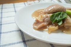 Rad Na,著名泰国中国式宽米线盘用鲜美嫩猪肉用浓小汤调味汁 关闭 免版税库存照片
